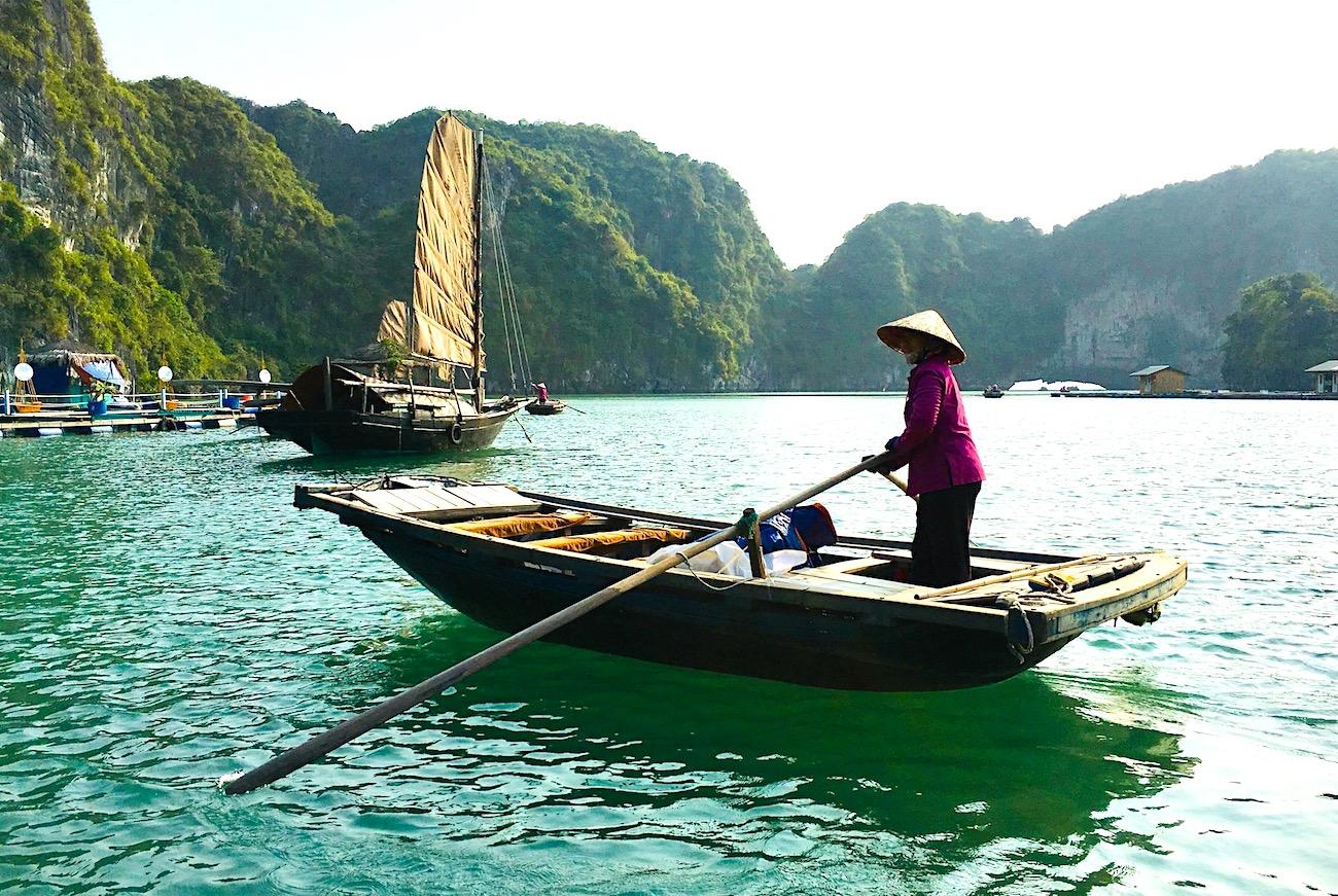 Mulher em vila flutuante de pescadores no Vietnã. Foto: Patti Neves