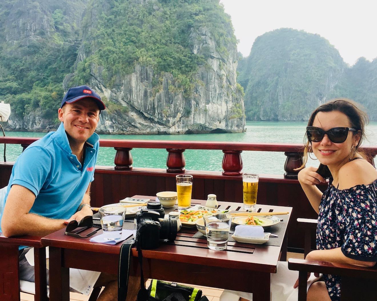 Cruzeiro em Bay Tu Long, parte de Halong, Vietnã.