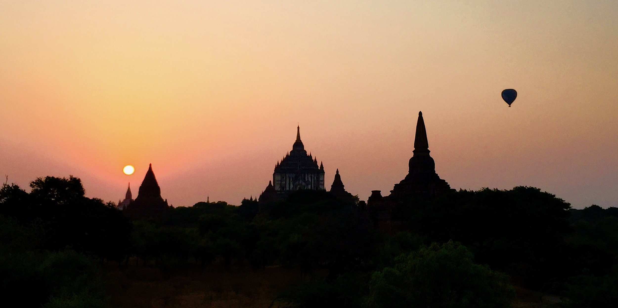 Seis da manhã em Bagan, e o último balão da temporada. Foto: Patti Neves