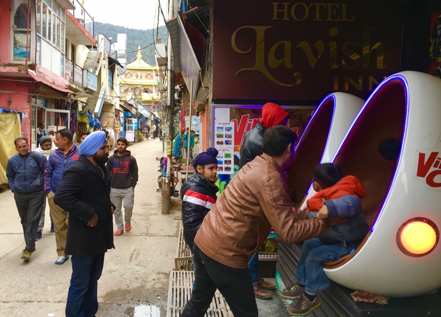 Man play with kids in McLeod Ganj, India. Foto: Patti Neves