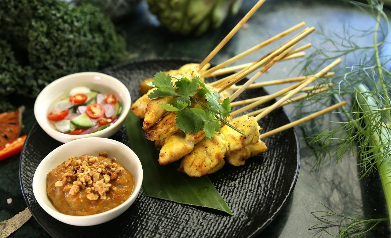 Satay, um clássico da culinária do Sudeste Asiático.