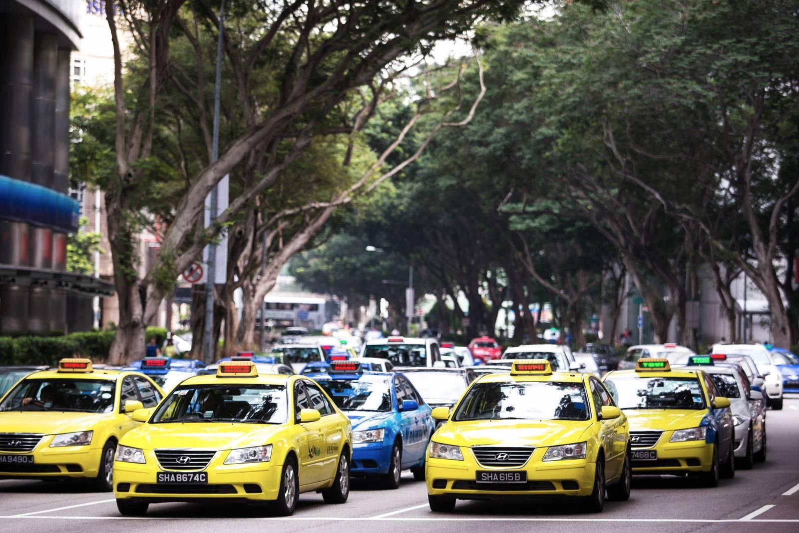 Táxis em Singa no horário de pico.