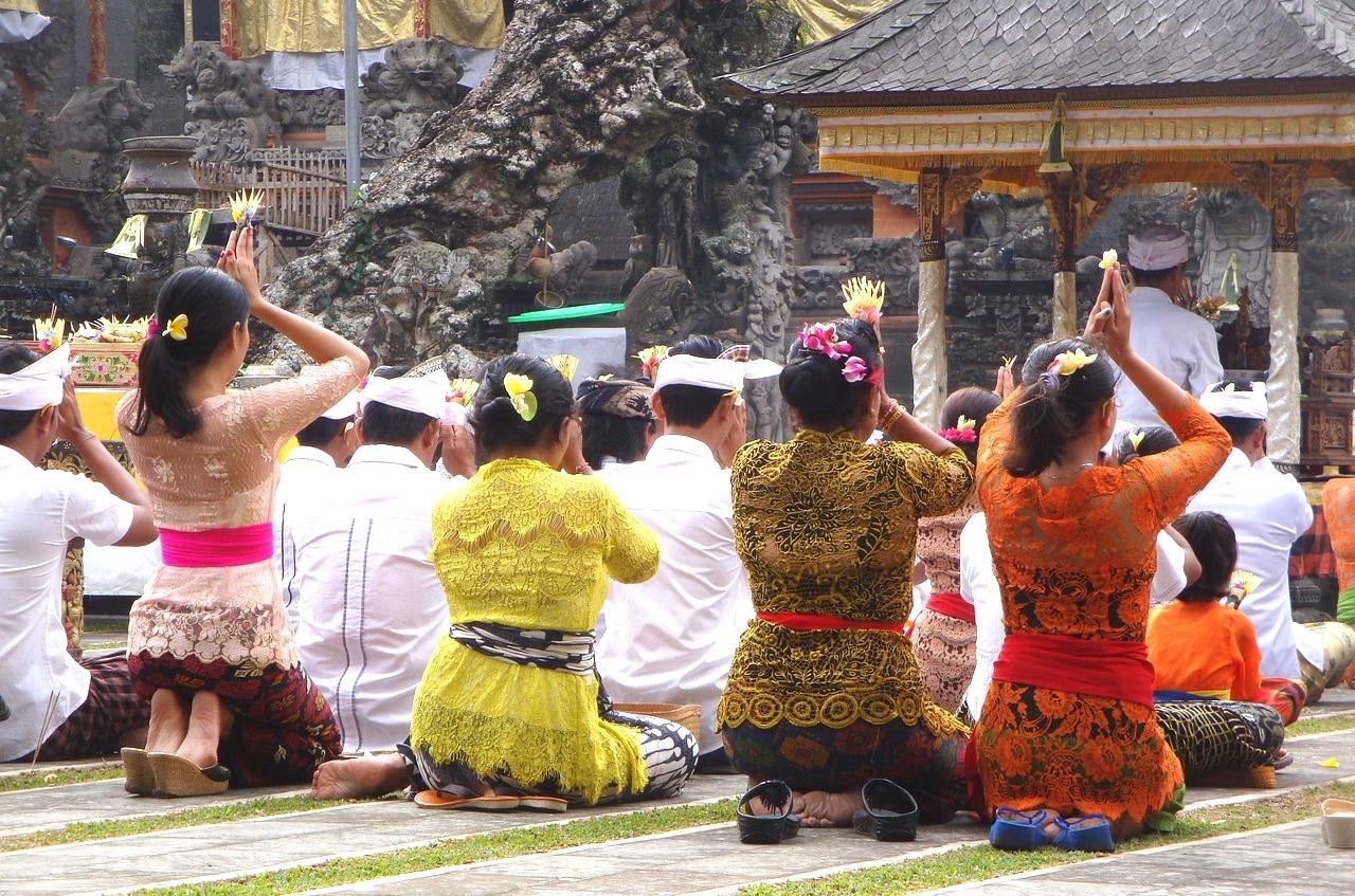 Mulheres de Kebaya, a veste tradicional da Indonésia.