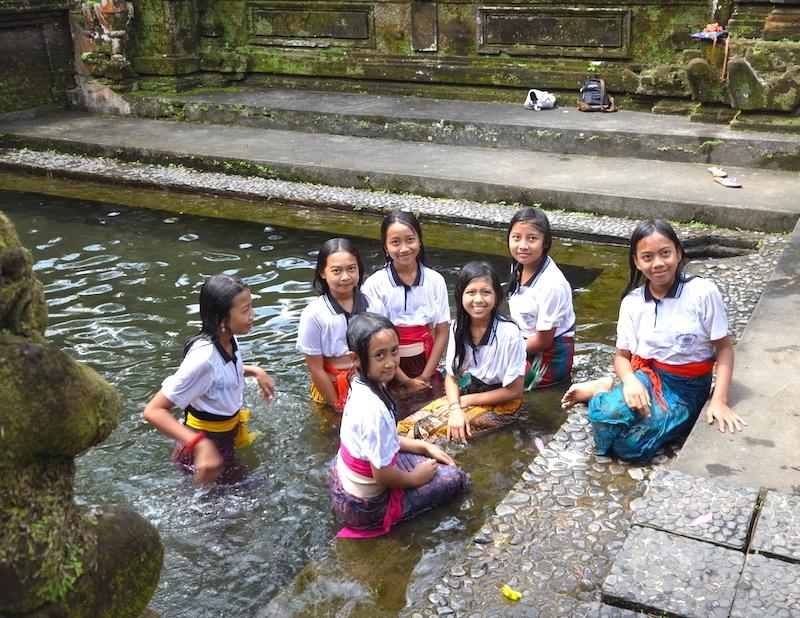 Meninas com uniforme escolar. Foto: David Mattatia