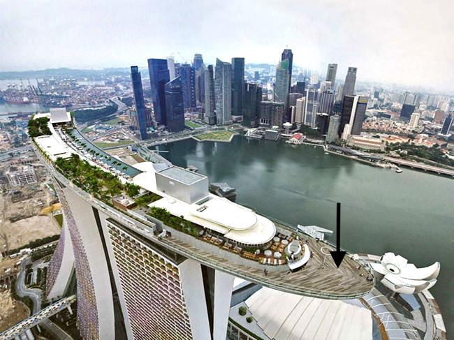 Marina Bay Sands - Skypark: observatório do hotel (veja a flecha na foto).Entrada prioritária sem filas.