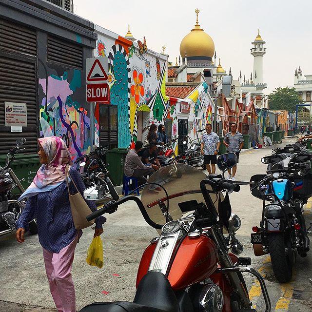 Também conhecido como o bairro árabe, o Kampong Glam em Singapura consegue reunir o improvável: a maior concentração de muçulmanos da cidade, a mesquita principal, uma surpreendente coleção de bares à cocktail + murais e grafites de artistas locais + clubs de motoqueiros locais. As boutiques hipster do estilo DIY complementam esse curioso quadro onde a tolerância é de LEI.  Literalmente. . . . .  #pasdechoix #arabstreet #kampongglam #arabquarter #malayheritage #muslimworld #malaywaorld #singapore #marinabay #solarenergy #aroundtheworld #sudesteasiatico #tropicalcountry #missãovt #revistaviajar #revistaqualviagem #viagemtop #viajarepreciso #viajarfazbem #amazingplaces #aroundtheworld  #morarfora #morarforadobrasil #realidades #cingapura