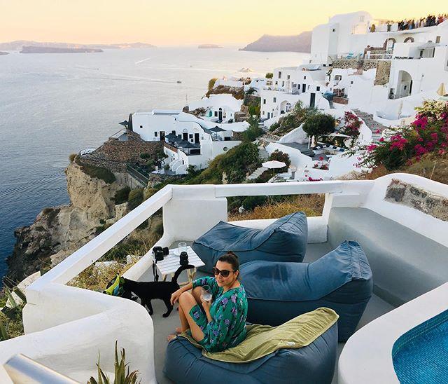 Alugue uma casinha e leve grátis um personal gato ☺️✨ . . Rent an apartment and get a cat for free! . . #santorini #grecia #greece #greek #imerovigli #imeroviglisantorini #grèce #greece🇬🇷 #oia #mediterranean #missãovt #revistaviajar #revistaqualviagem #viagemtop #viajarepreciso #viajarfazbem #amazingplaces #aroundtheworld  #morarfora #morarforadobrasil #realidades