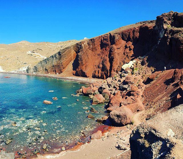 Red beach: yay or nay... ? 🤔 . . Gostaram dessa praia vermelha? . . #redbeach #redbeachsantorini santorini #grecia #greece #greek #imerovigli #imeroviglisantorini #grèce #greece🇬🇷 #oia #mediterranean #missãovt #revistaviajar #revistaqualviagem #viagemtop #viajarepreciso #viajarfazbem #amazingplaces #aroundtheworld  #morarfora #morarforadobrasil #realidades
