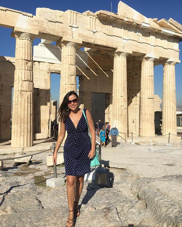 Hey Patti, fica mais pra direita pra esconder os turistas 😏 . Nah. Um dos lugares mais visitados do mundo, berço da civilização ocidental, da filosofia, da literatura, da dramaturgia e da democracia... 🌿 . Porque ainda tem gente «falsificando» fotos no IG em pleno 2019?  Atenas é cheio sim.  Lotado.  E nós amamos assim ♥️ . #atenas #athens #acropolis #grecia #greece #greek #grèce #oia #mediterranean #missãovt #revistaviajar #revistaqualviagem #viagemtop #viajarepreciso #viajarfazbem #amazingplaces #aroundtheworld  #morarfora #morarforadobrasil #realidades #sourbbv #blogdeviagem #brasileirasnoexterior #mulheresdeatenas #greece🇬🇷