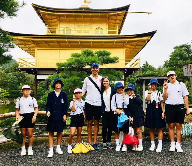 Playing the celebrities @ the golden pavillion 🤩 . . As crianças pediram uma foto com essas duas exóticas criaturas ocidentais.  Aproveitei e pedi pro prof. tirar uma pra mim também 😉 . Isso também acontece com vocês quando vocês viajam?  Sempre acho muito engraçado kkk . #goldenpavillion #kinkakuji #kinkakujitemple #japão #kyoto #japan #rbbv