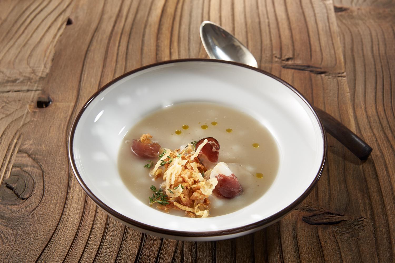 1.Csicsókakrémleves sült hagymával, kakukkfűvel és libamellsonkával - Sunchoke cream soup with roasted onion, thyme and smoked duck breast_1.jpg