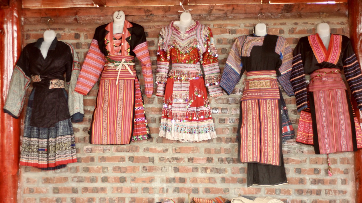 Hmong_outfits.jpg