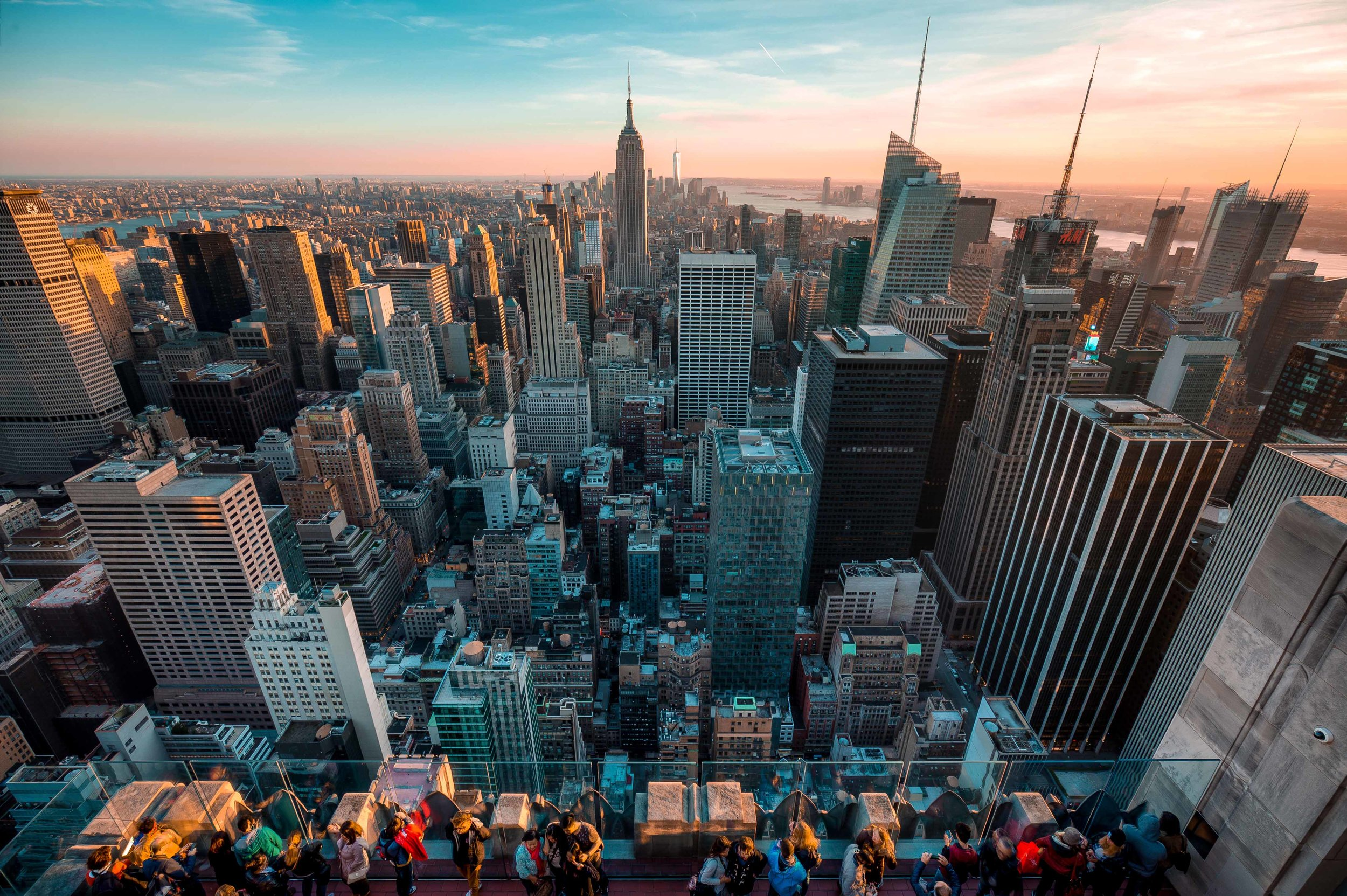 A crowd admires the midtown skyline in Manhattan - 2016