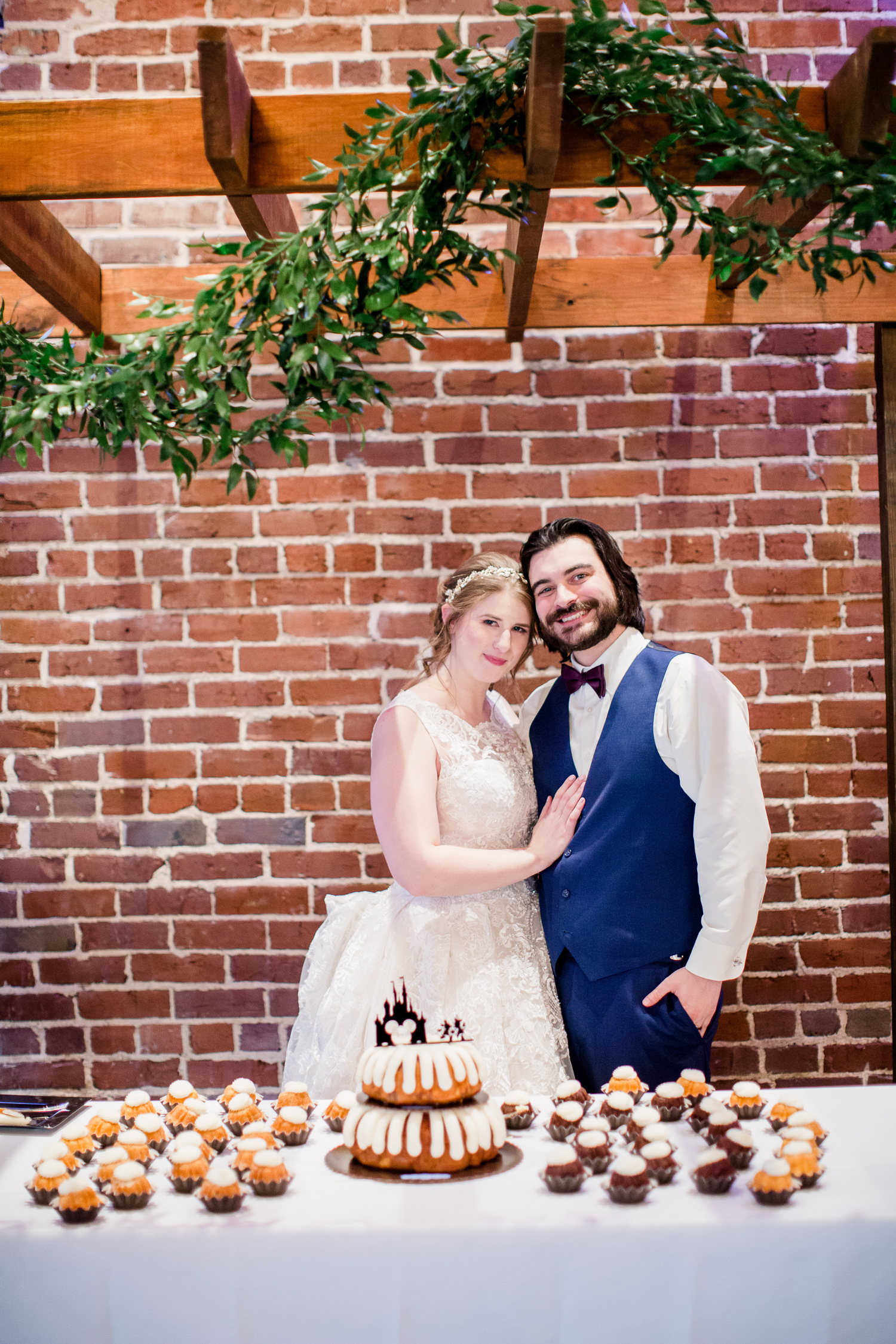 Downtown Knoxville Wedding Venue // Central Avenue Reception // Cutting the Cake