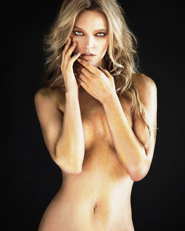 Golden girl #curvesthebook #bodypaint #glitter