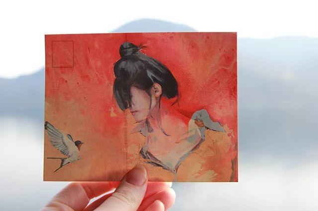 """Jeg har igjen 7 postkort av """"Soleil"""" som jeg vil gi til de neste kjøpere, som en takk for støtten til kunsten min. ✨ . I have 7 postcards left of """"Soleil"""" that I will give to the next buyers as a thank you for supporting my art.✨ . Link to shop in bio ⬆️ . #postcard #soleil #swallow #svale #golondrina #postcardart #acryliconcanvas #colorful #kunstner #postkort #norskkunst #peluypluma #red #portrait #portrett #sognekunst #sognefjord #tarjetapostal #art #artoftheday #pinturapostal #fluidart #pourart #bird #swallowpainting #bordpainting #svale #goodluck #artsymbolism"""