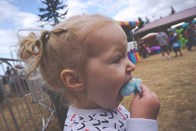 First time eating cotton candy 🍬 🎡 📸 : @brittjenckes