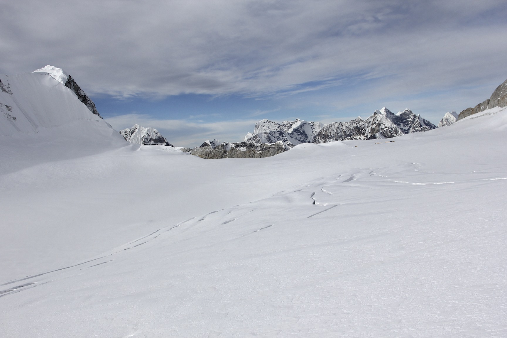 The snow/ice plateau between Sherpani Col and West Col at 6,000m that we need to cross.