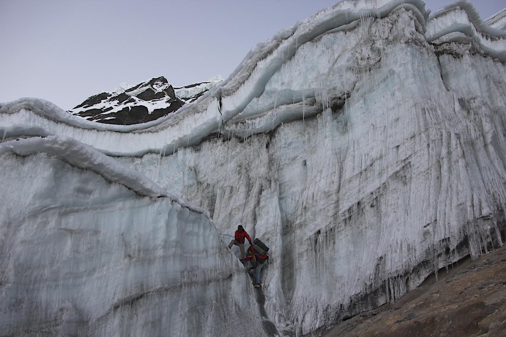 Ascending to Amphu Labtsa pass