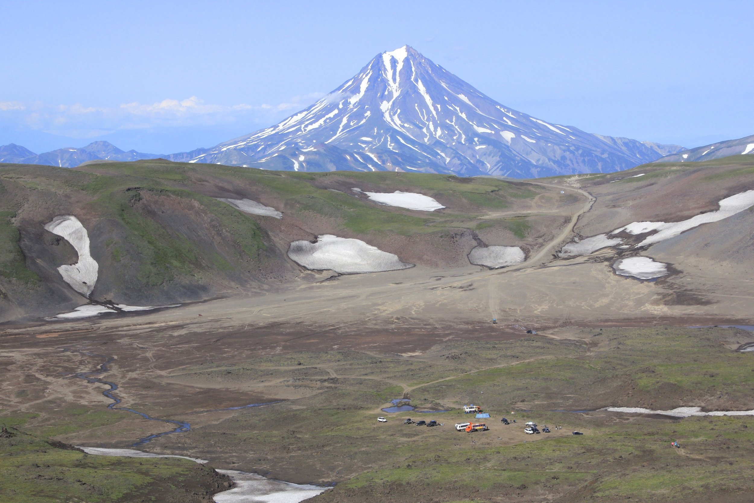 The dormant Vilyuchinsky Volcano. At the base of the Gorely Volcano you can see the parking for the day-trippers from PK.