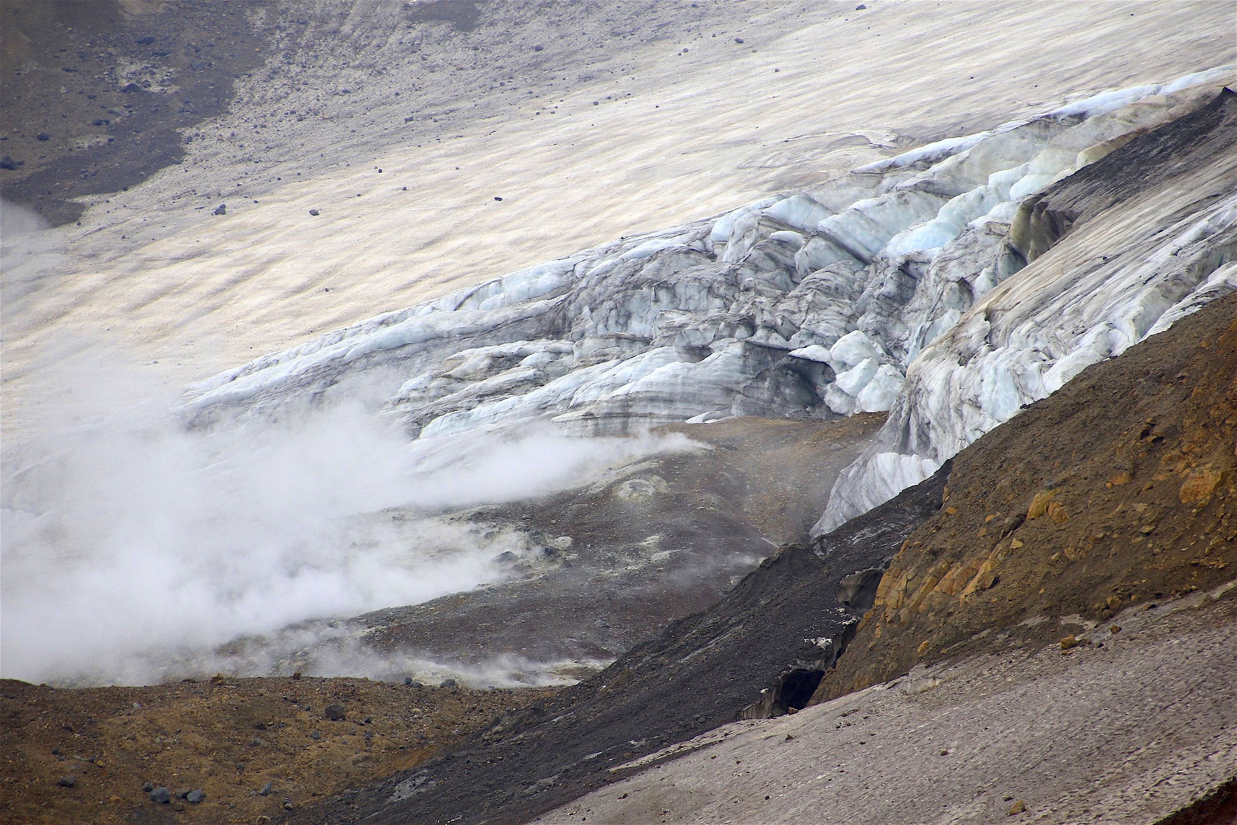 The glacier and the edge of the fumarole filed.