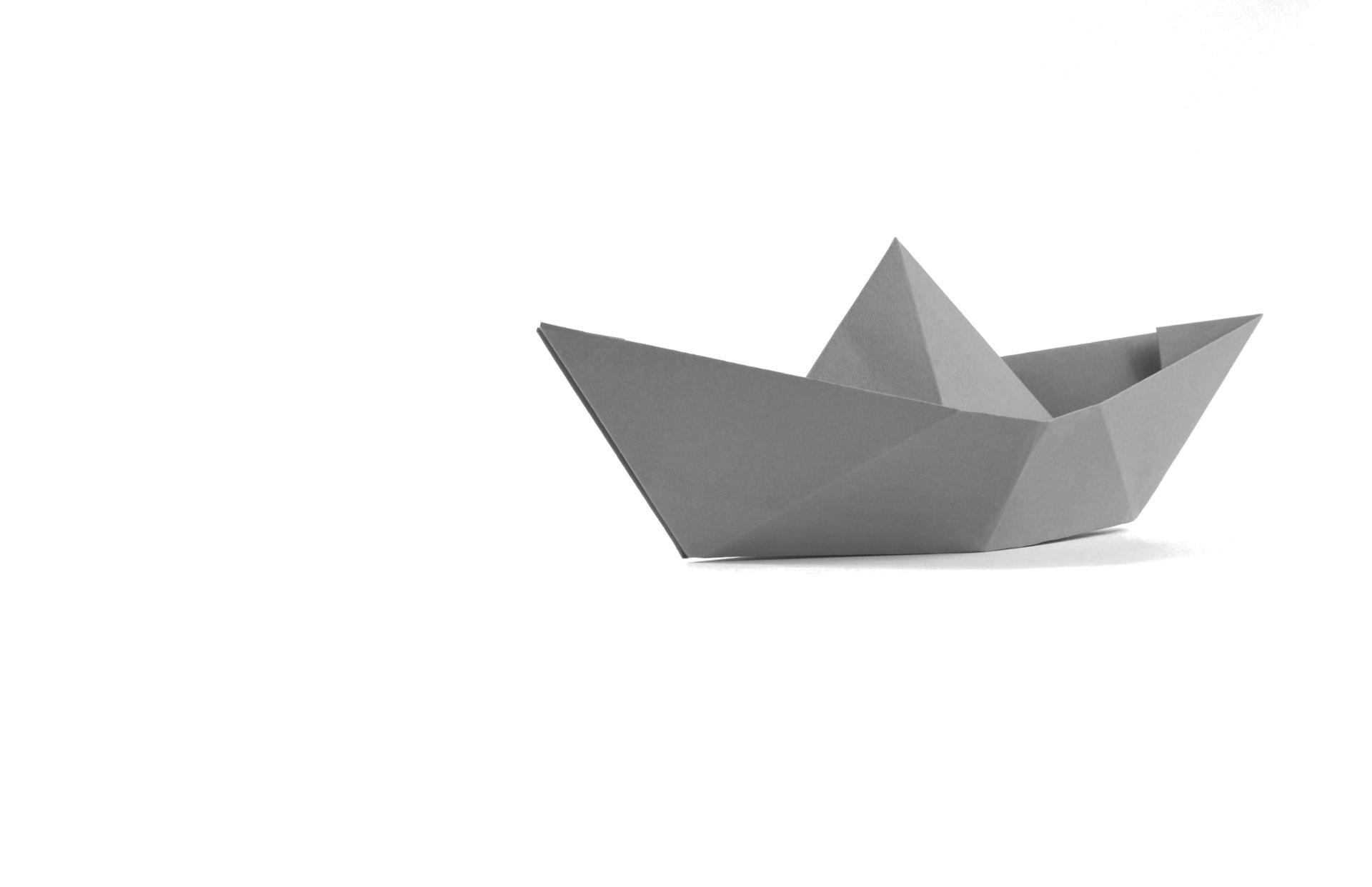 Origami rückwärts - Der Weg, um die persönlichen Potenziale eines Menschen schrittweise zu entfalten, ist selten ein kurzer Sprint.Meist braucht es schon etwas Zeit, um festgefahrene Muster und alte Gewohnheiten zu verändern. Es muss jedoch auch kein Marathon werden, wenn man dabei lösungsorientiert vorgeht.Wichtig ist, dass man bei einer Veränderung geduldig, gelassen und tolerant ist – vor allem mit sich selbst. Dann kann plötzlich auch sehr schnell sehr viel geschehen.