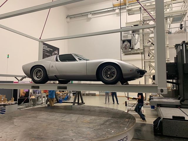 Here's the Lamborghini Muira being positioned for the X-ray. A little nerve wracking lifting up a beautiful car worth 1.3 million euro.  #nickveaseyxray #xrayart #labourghinimuira  #contemporaryart #classiccars #carart