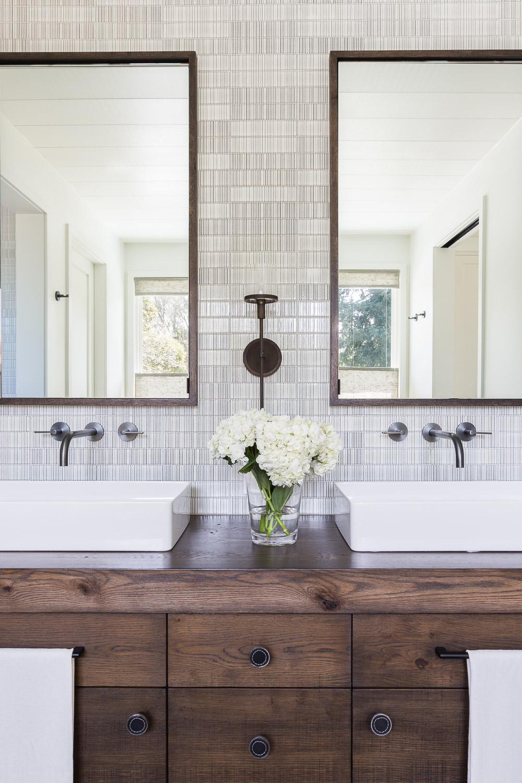 Design by  Jennifer Robins Interiors , Photography by  Alyssa Rosenheck