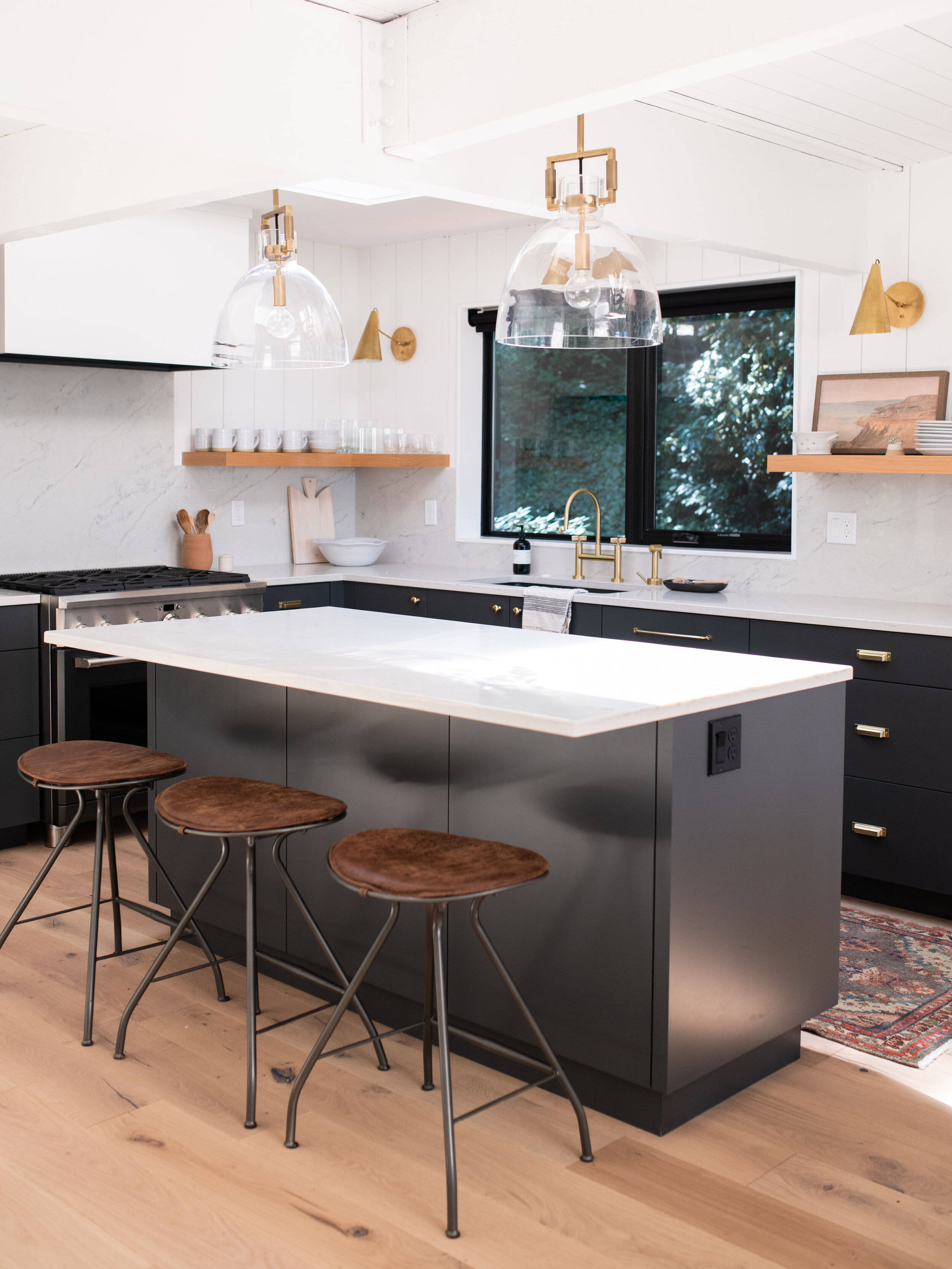 The kitchen was designed to have a modern and minimalistic feel. Clean lines and a concise color palette was the key to success.