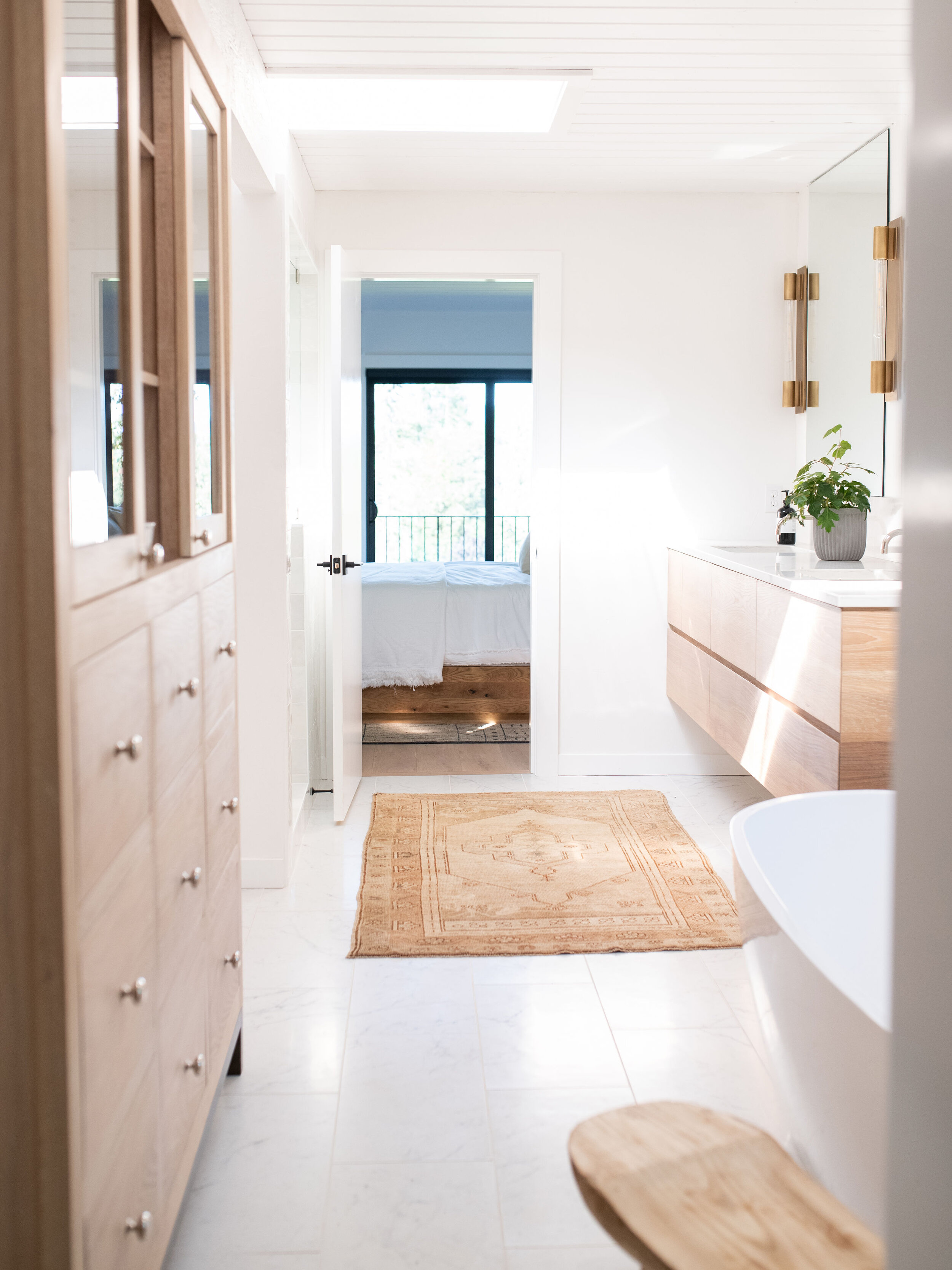 This golden-hued rug ties the natural wood tones of this master bath together perfectly