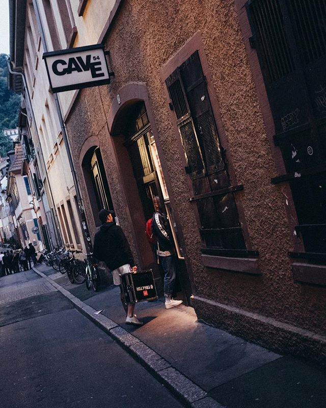 Wochenende @cave54_heidelberg mit @deutschrapmontagsquad | Doku online in der Bio.... ✌️#heidelberg #altstadt #documentyourdays #documentaryphotography #documentary #2dudes1day #reportage #photoreportage #fotodokumentation #reportagephotography #gasse #availablelight