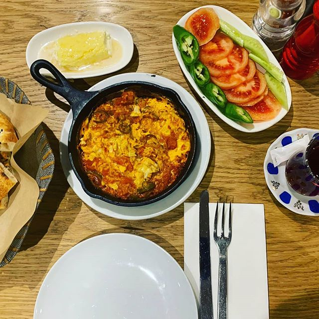 Good morning London! 😍  @yamabahce @yamabahcemenu @yamabahceturk  #yamabahce #yamabahcemenu #breakfast #honeycream #menemen #turkishtea #sogus #cucumber #tomato #pide #turkishstreetfood #turkishrestaurant #betterpide #goodmorning #london #londoner #londonist #bestoflondon #instalondon #happiness #delicious #foodie #londonfood #ilovebreakfast