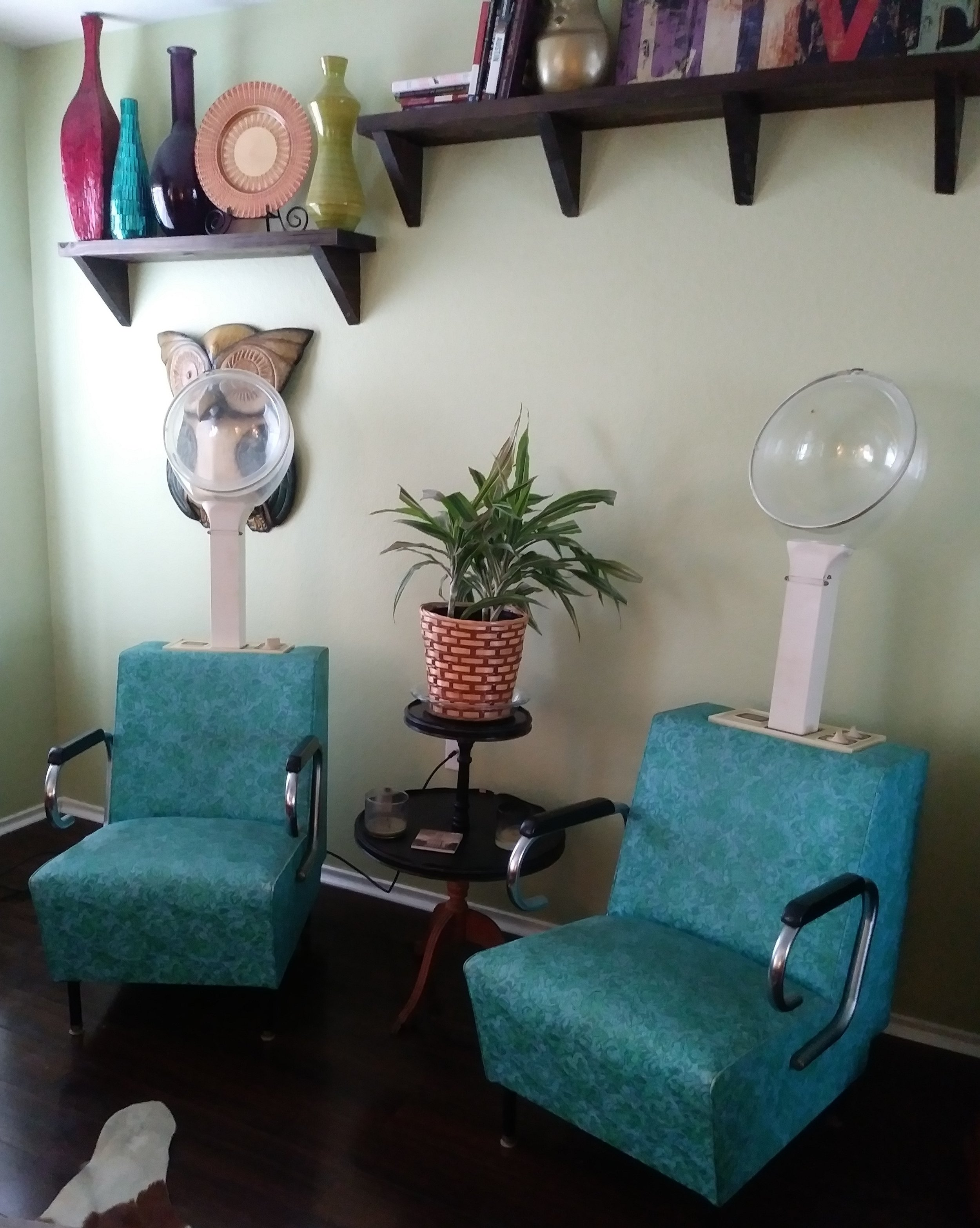 Coriander AirBnB, Austin, TX Adorable beauty shop chairs in the living room