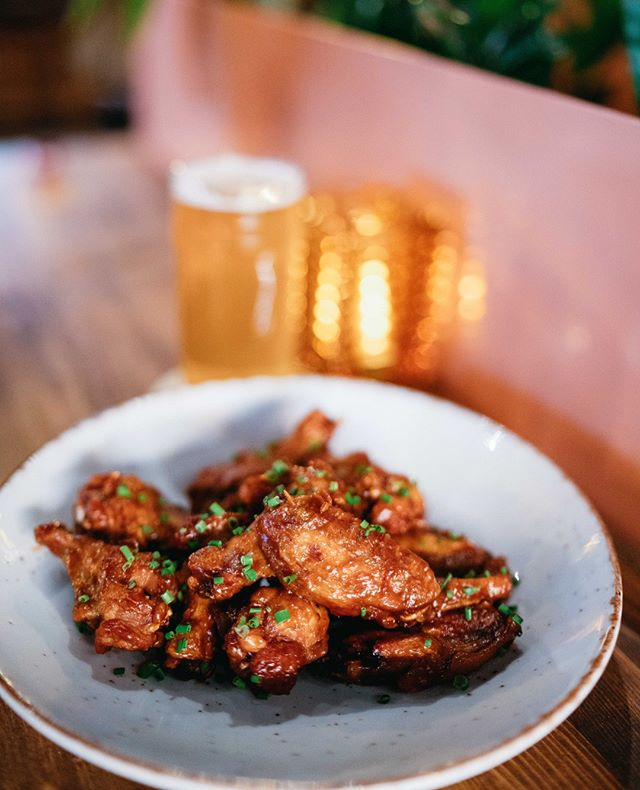 Right wing, left wing, everybody can agree on chicken wings. . . . . . . #chickenwings #montrealfood #montrealrestaurant #saintleonard #mtlfood #sportsbar