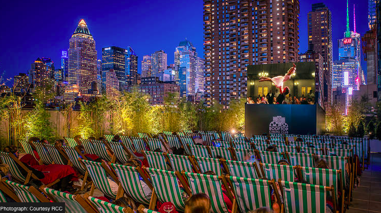 This picture is from a location in New York. Foto courtesy of  Rooftop Cinema Club