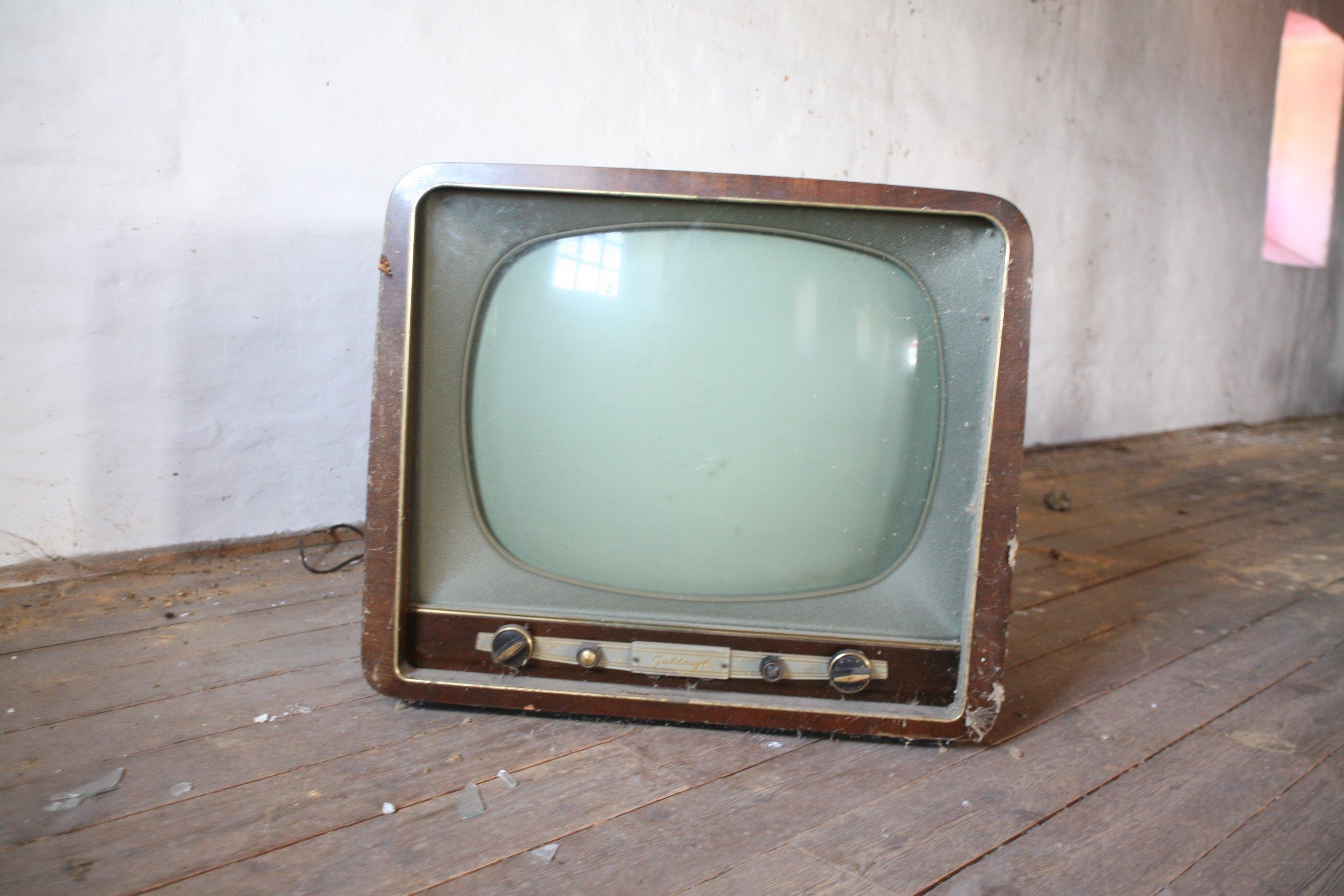 abandoned-vintage-crt-television.jpg