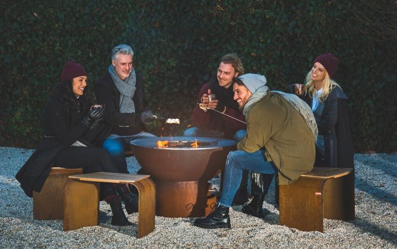 Chez Artola, nous pensons que depuis la nuit des temps, c'est le feu qui rassemble les gens à l'extérieur. Le feu fournit de la chaleur et permet de se réunir et se préparer de bon repas. Le feu crée une atmosphère chaleureuse et conviviale qui brûle dans notre cœur et nourrit l'esprit. Depuis plus de 50 ans, artola est fier de vous faire découvrir leurs barbecues au feu de bois fiQ regroupant tous ces critères.