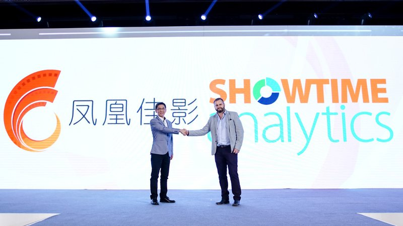 Showtime Analytics CEO Richie Power (R) and YuekeFinixx General Manager Li Xiangxiong (L)