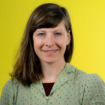 Sophie Bayerlein - Sophie ist kreativer Impulsmensch und hat visuelle Kommunikation an der Kunsthochschule studiert. Nachhaltigkeit, gesellschaftliche Veränderungen und Persönlichkeitsentwicklung sind Fokusthemen, die sich durch ihre Arbeit ziehen. Bei soulbottles arbeitet sie als Grafikerin. Integrative Entscheidungsprozesse bilden die Basis der dynamischen soulbottles-Struktur durch Holokratie. Teil des Arbeitsalltages ist es über Gefühle zu reden und somit das Training des Rosenberg-Ansatzes, der Gewaltfreien Kommunikation.Workshop: Gewaltfreie Kommunikation. (Vertritt Marian Gutscher, der im Programm steht)Uhrzeiten: 10.45 - 11.30 Uhr / 13.00 - 13.45 Uhr