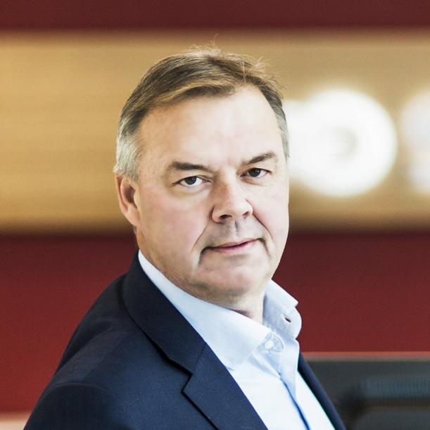 Odd Arild Grefstad, konsernsjef i Storebrand deler ut bærekraftprisen Årets håndtrykk. (S)  Stem på de tre finalistene her.