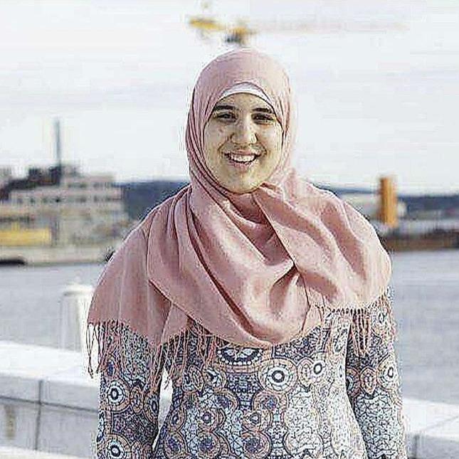 Sara Barzinje, leder for ungdomsrådet i bydel Gamle Oslo, deltar i debatt.