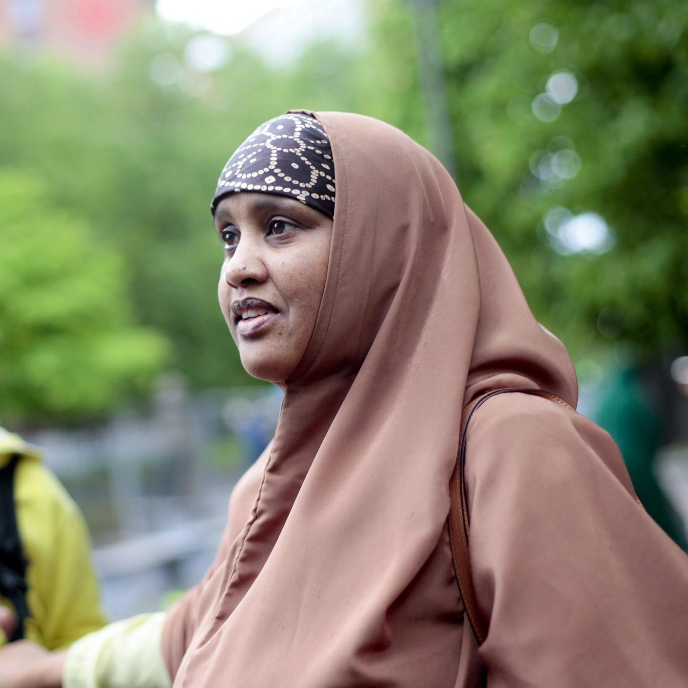 Arifi Ali, beboerrepresentant i styret til Tøyen Torgforening . Deltar i debatt.