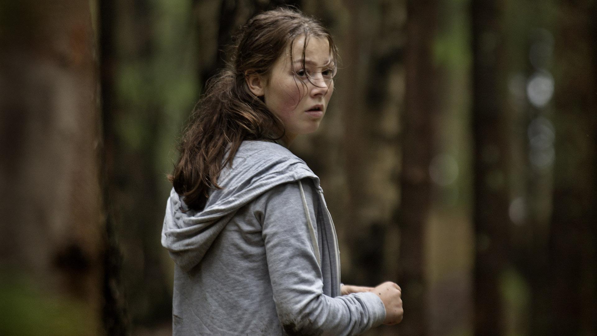 Andrea Bentzen jako Kaja, główna bohaterka poszukująca na wyspie siostry podczas masakry.
