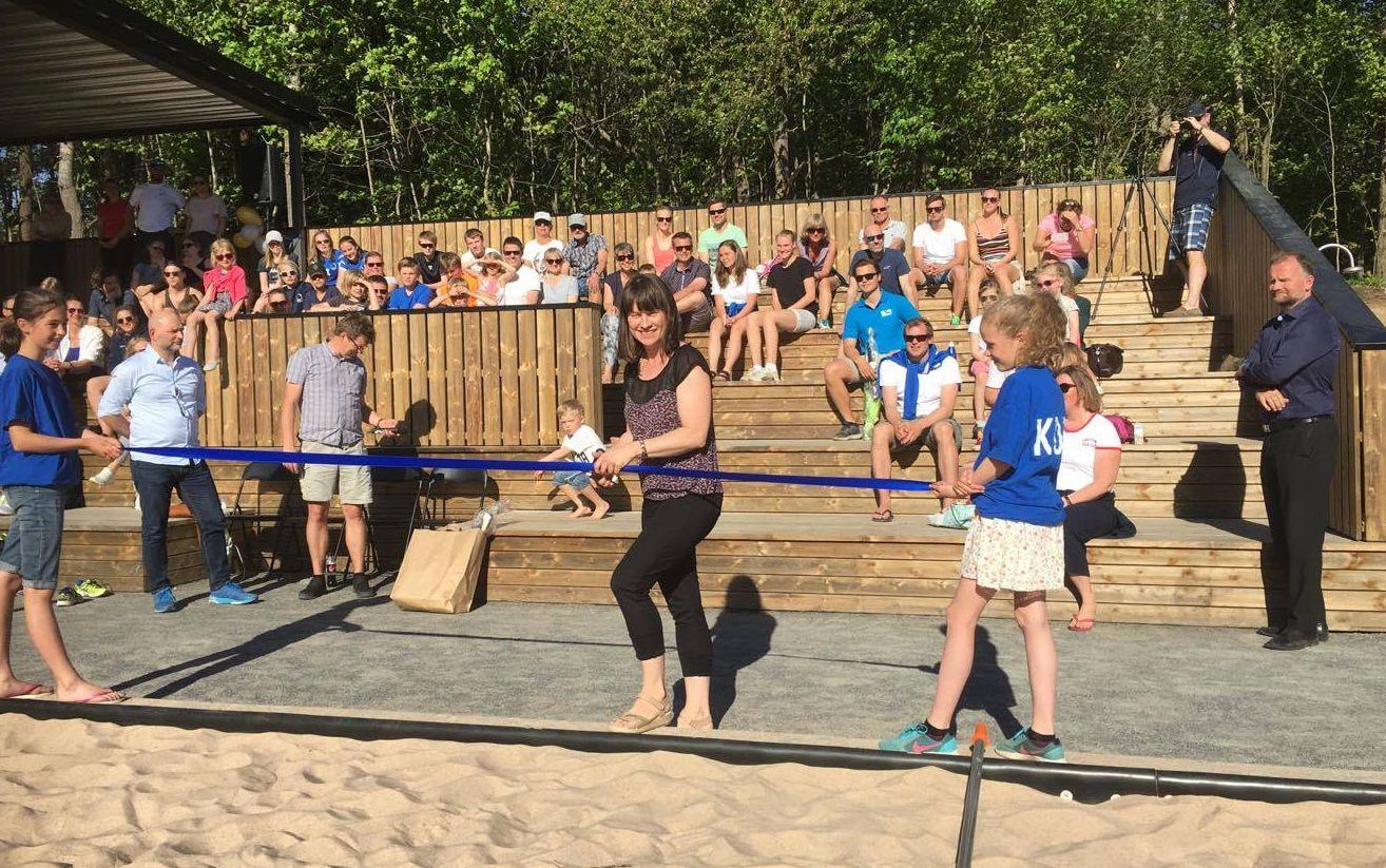 Fredag 26. mai kunne endelig snoren klippes av en smilende og svært fornøyd idrettsbyråd Rina Mariann Hansen (Ap), som erklærte Norges flotteste sandvolleyballarena – og en utstillignsplass for sporten – for åpnet.  Kilde NAB
