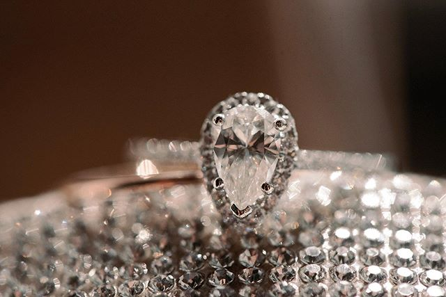 Will NEVER get sick of a classic ring shot. 😍 Love me some shiny diamonds.