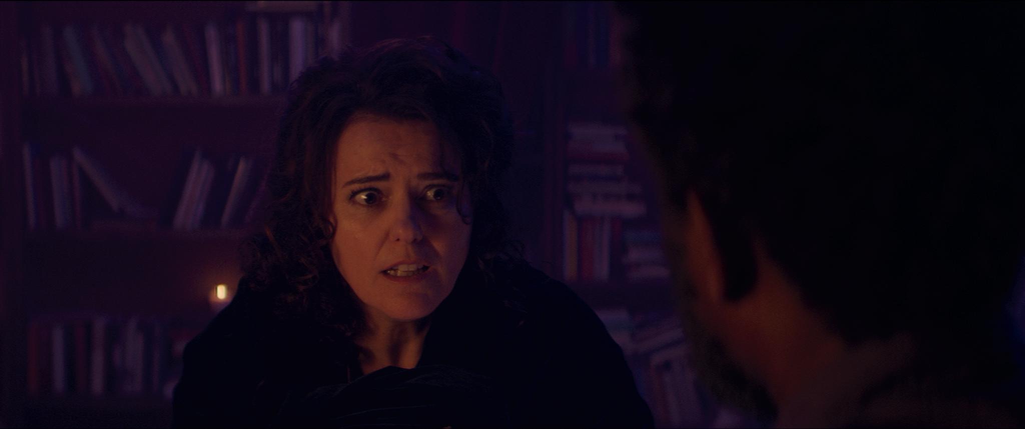 Heks Ela (Susan Visser) zoekt hulp in de magische boekwinkel.