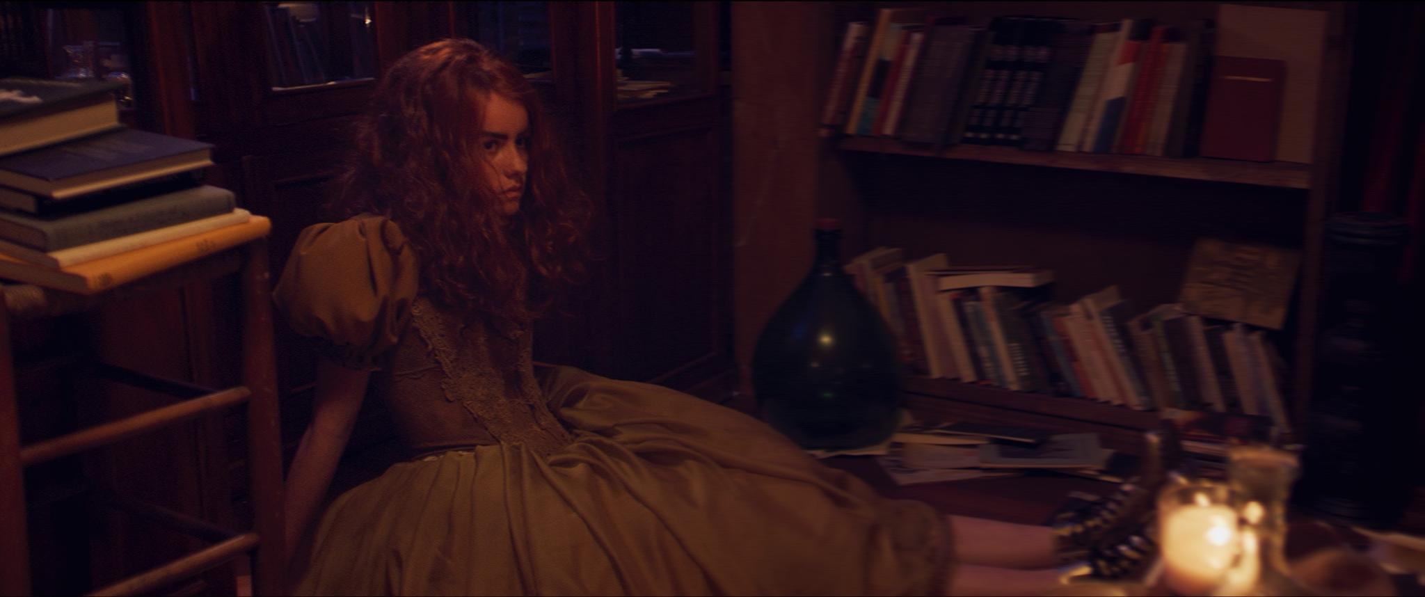 Sam (Julia Nauta) stort ten einde raad neer voor de voeten van Pim en Eduard.