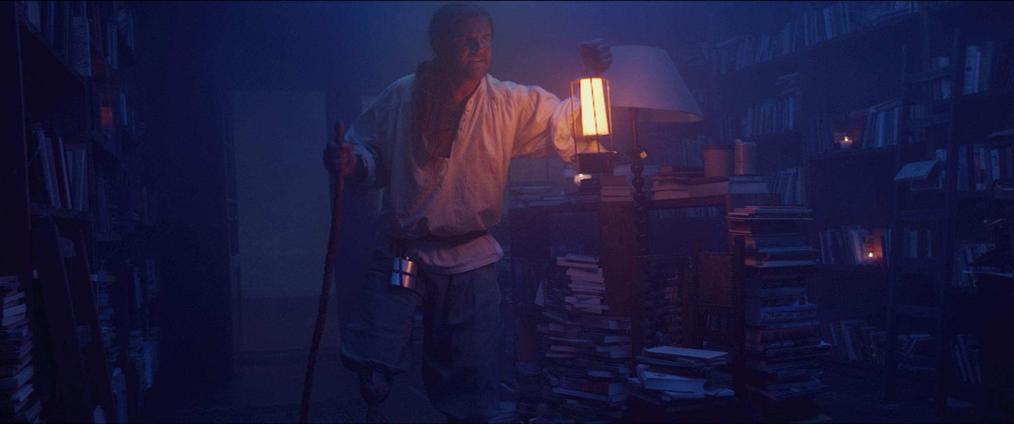 Enzo Bombardieri (Dirk van der Pol) dondert de boekwinkel binnen.