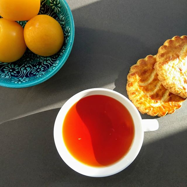 Tea 🍵 and biscuits, and a moment of peace ❤ our Premium Earl Gray tea is like a that ray of sunshine, bright and zesty! 🍊☀