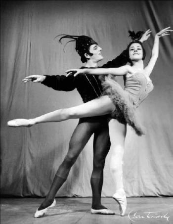 """Primeros bailarines Richard Devaux, hijo de los fundadores del Ballet Nacional de Guatemala,y Gladis García en """"Pájaro Azul"""" (1963). Fotografía:El Ballet de Guatemala, Revista Galería No. 41, Fundación G&T (2012)."""
